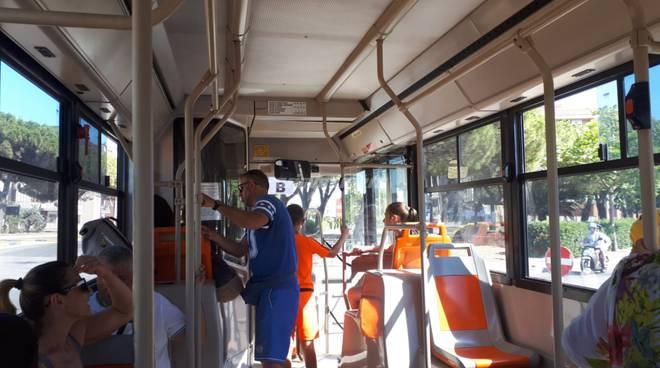 sun-bus-navetta-autobus-viaggiatori-dentro-153514