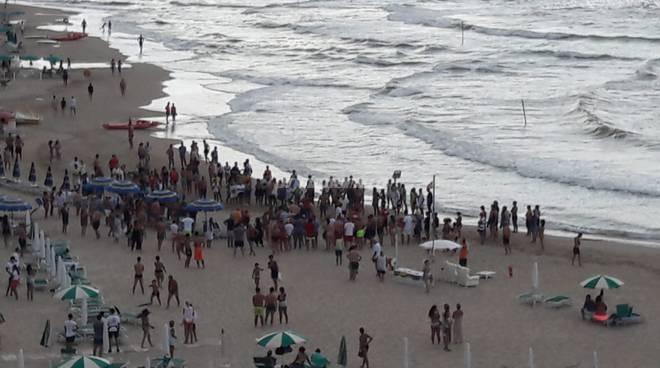 uomo morto in spiaggia