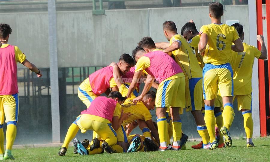 Mucchio su Lepore dopo il gol del 2-0