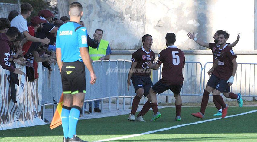 Viscovich esulta sotto i tifosi dopo il gol del 2-1