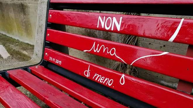 vandalizzata panchina rossa contro violenza donne pronta denuncia vandalizzata panchina rossa contro