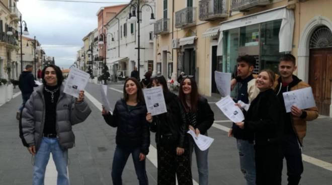 volantinaggio muro berlino studenti