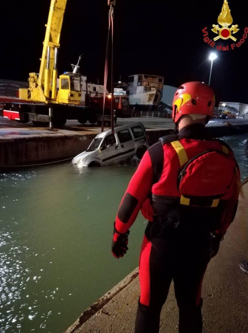 Auto annegato porto