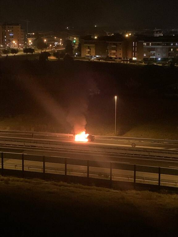 auto in fiamme A14