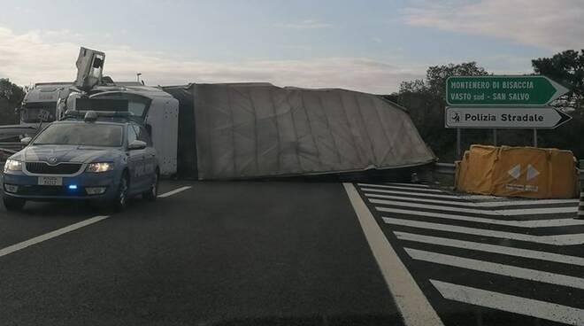camion ribaltato A14
