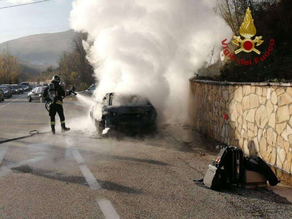 incendio auto vigili del fuoco
