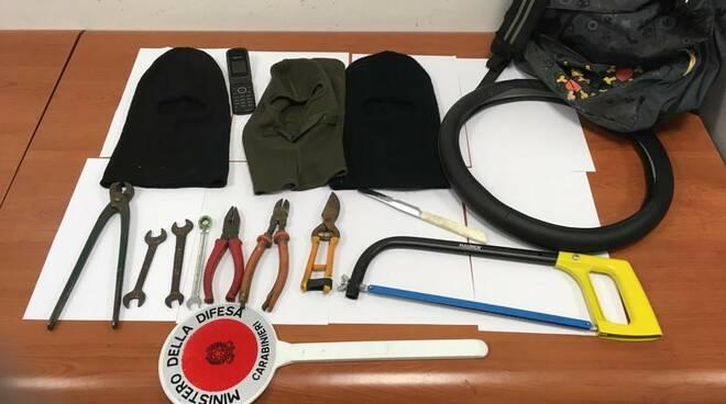 arnesi e passamontagna carabinieri