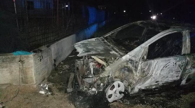 auto d'ascanio incendiata