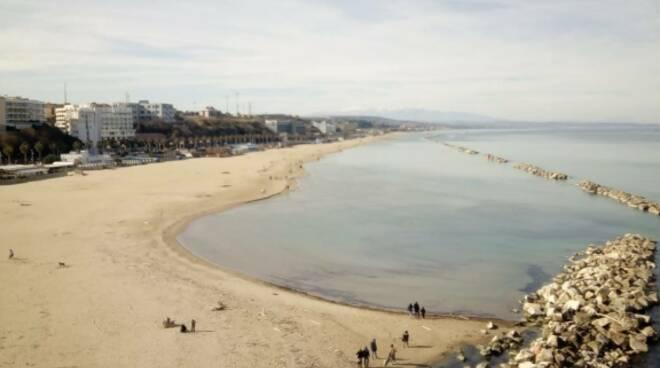 gente spiaggia febbraio
