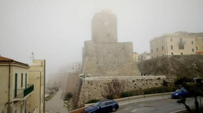 nebbia castello e spiaggia