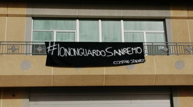 striscione studenti contro Sanremo
