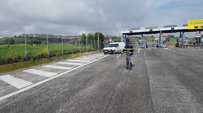 Controlli forze dell'ordine casello autostradale