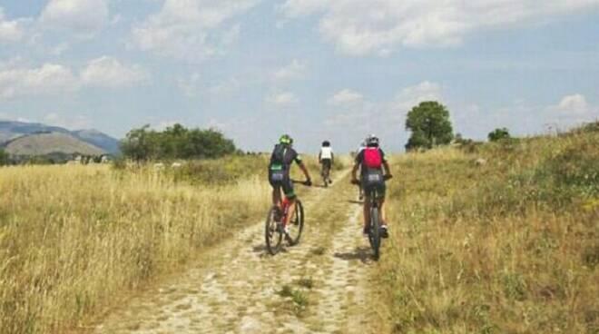 cicloturismo turisti in bici