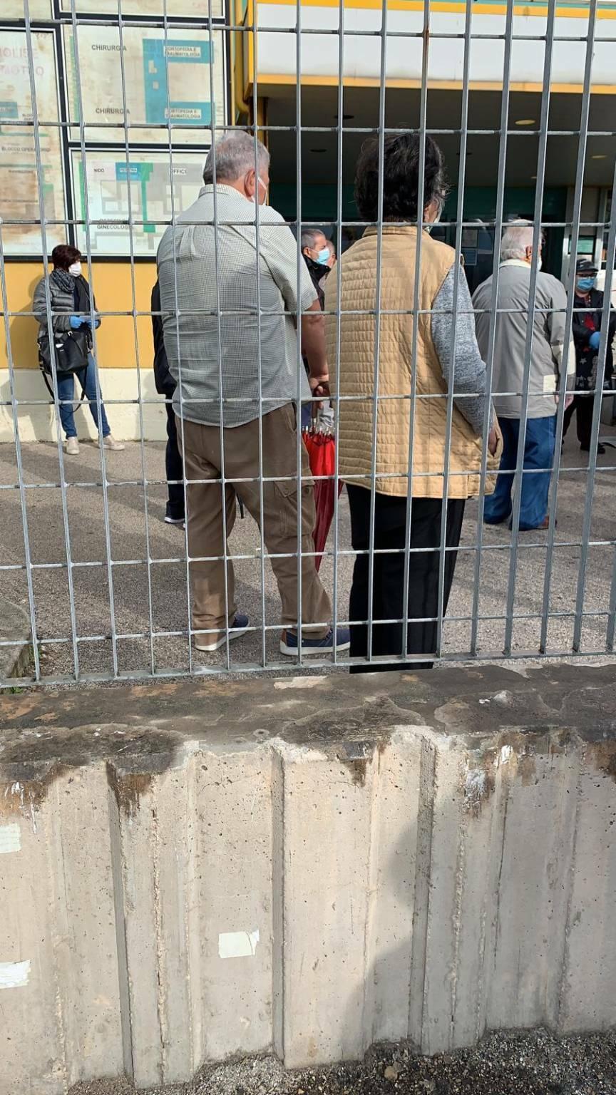 Assembramento gente ospedale Termoli