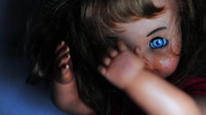 bambola pedofilia