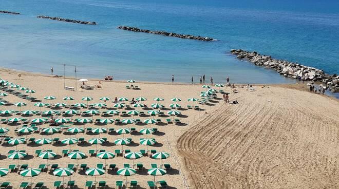 cala sveva allargamento a destra ombrelloni e tavole piano spiagge