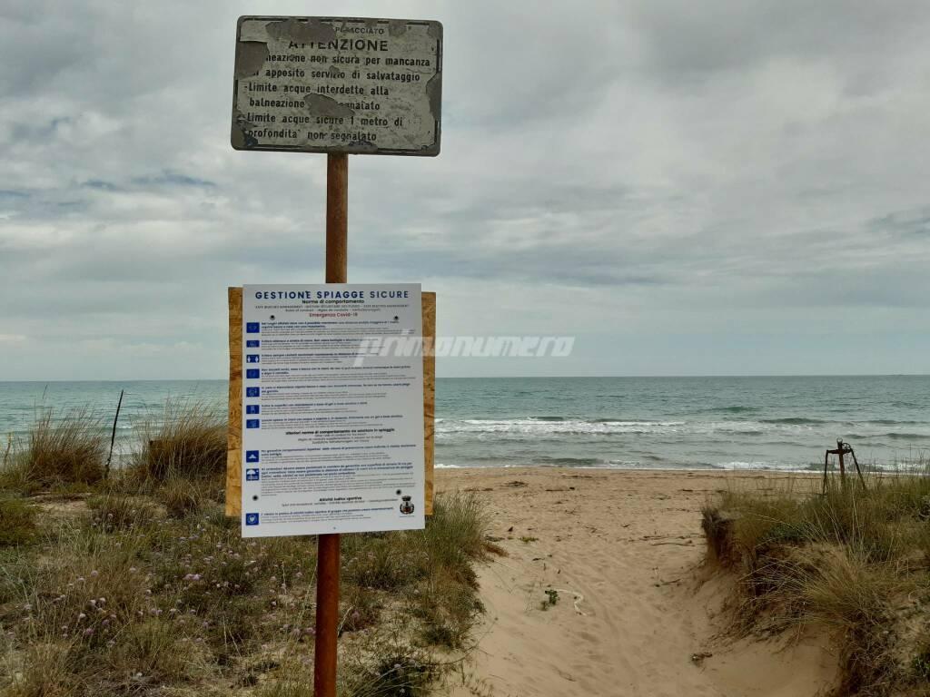 Cartelli anti covid in spiaggia