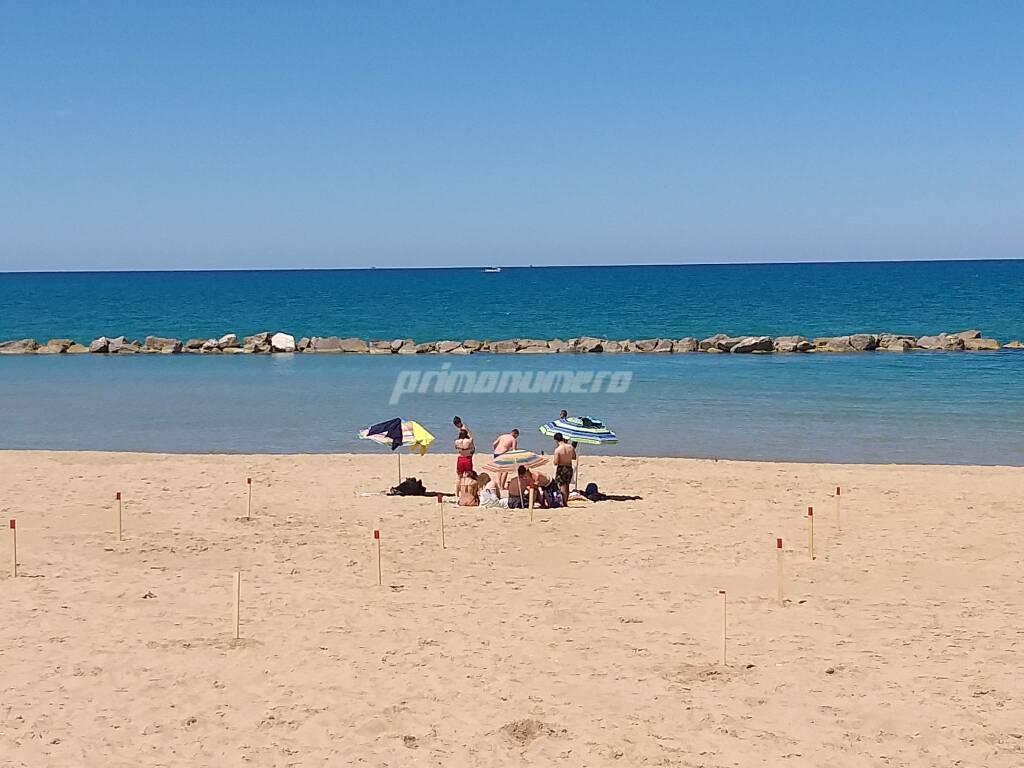 spiaggia libera termoli pali assembramenti