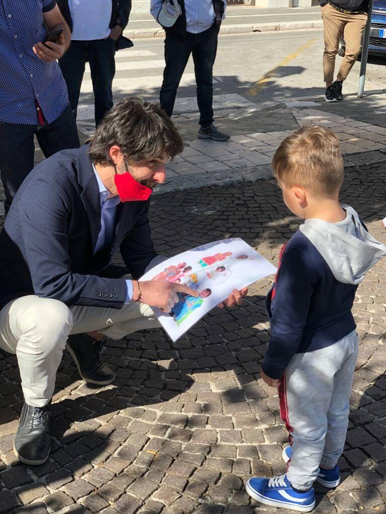 Il sindaco con bambino