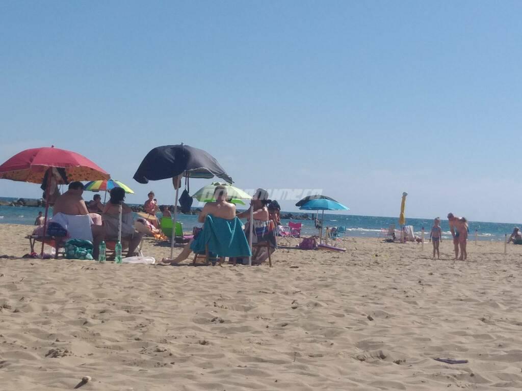 spiaggia libera lungomare nord ombrelloni