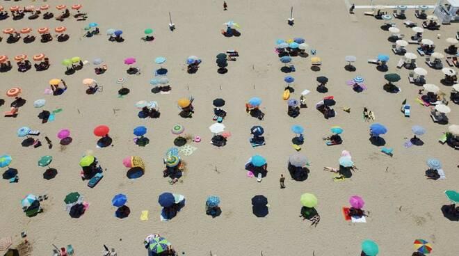 spiaggia libera ombrelloni distanziati petacciato