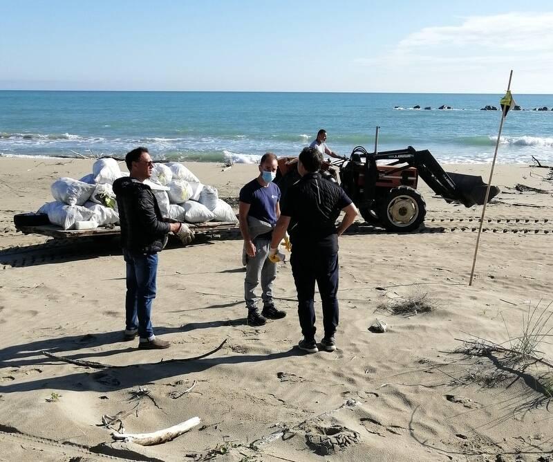 Grandi pulizie sulla spiaggia di Campomarino