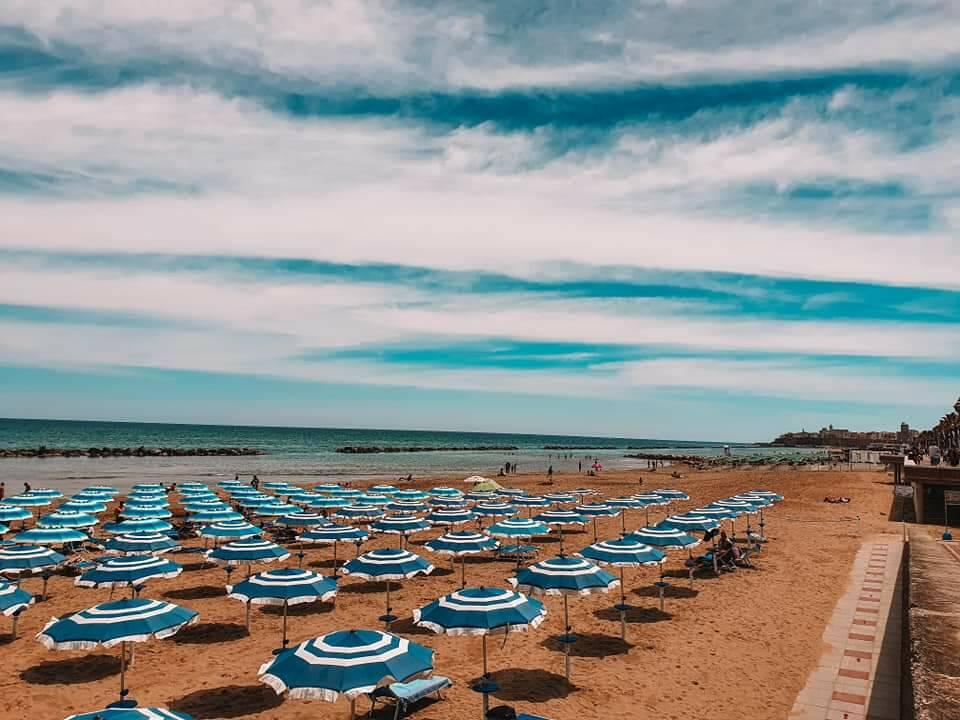 mare spiaggia ombrelloni cielo termoli 2020
