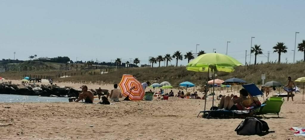 Ombrelloni spiaggia libera covid mare bagno