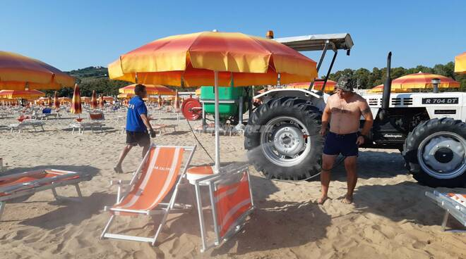 Sanificazione ombrelloni lido Calypso Petacciato