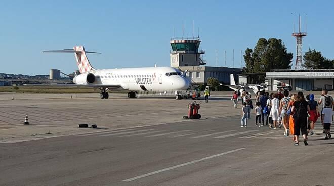 Aeroporto pescara voli aereo turisti valigie volotea imbarco