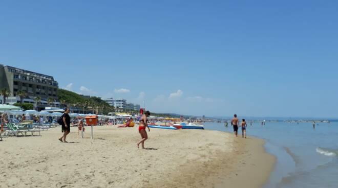 Spiaggia bagno mare lido folla luglio