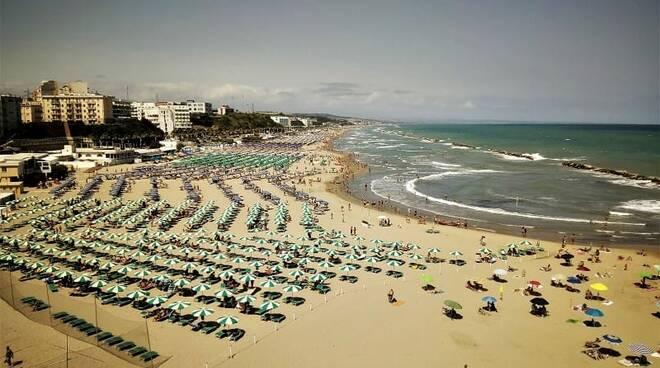 Spiaggia domenica luglio maestrale