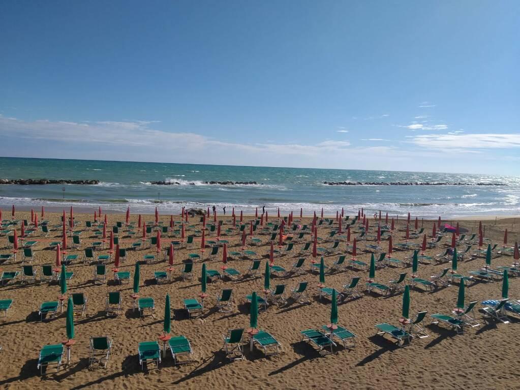 spiaggia termoli mare ombrelloni chiusi