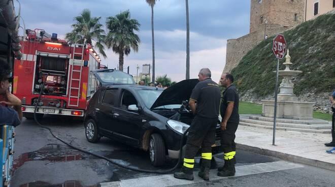 incendio auto termoli vigili del fuoco