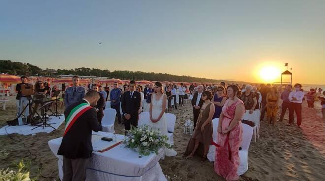 Matrimonio mare Petacciato spiaggia sposi