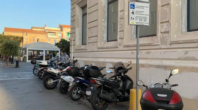 Moto piazza Monumento rastrelliere