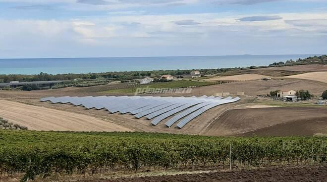 Fotovoltaico pannelli solari campagna vigneto