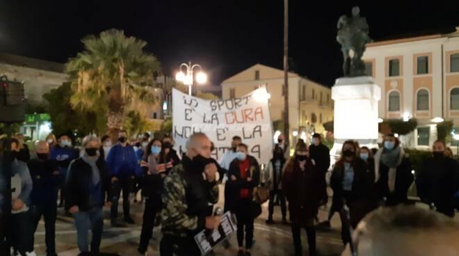 Manifestazione chiusura locali Termoli