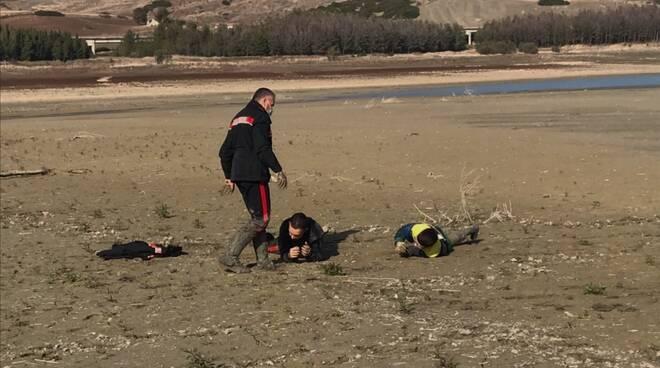 Ragazzino fango lago Guardialfiera
