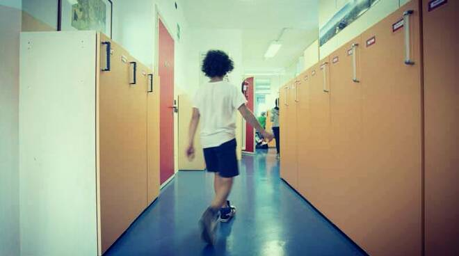 Bambino scuola solo