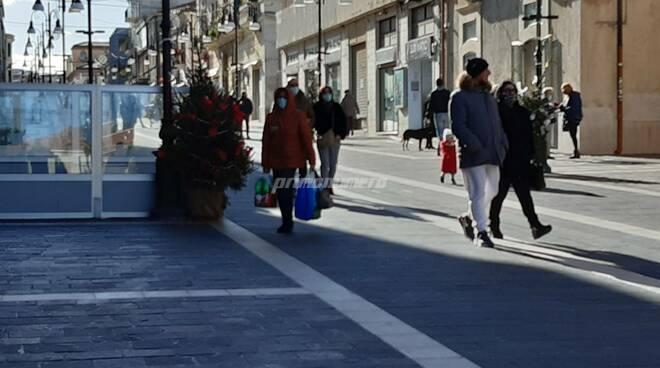 Gente centro corso Termoli Natale