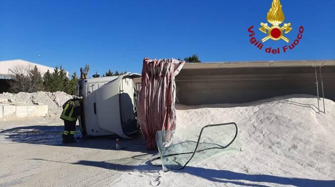 camion ribaltato nucleo industriale incidente azienda cospes calcestruzzo vigili del fuoco
