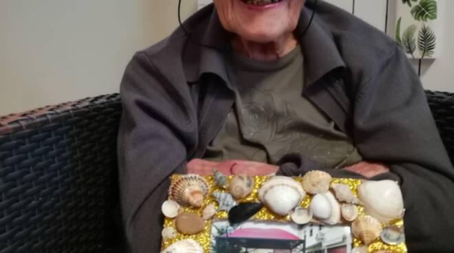 La sig.ra Lina palomba festeggia i 100 anni col vaccino anti-Covid