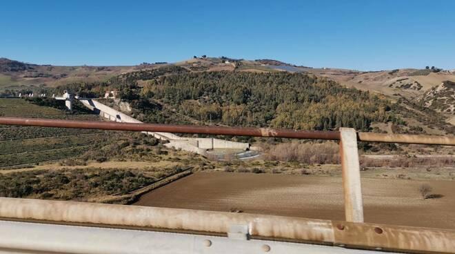 Diga liscione paratie aperte acqua capienza Guardialfiera lago viadotto