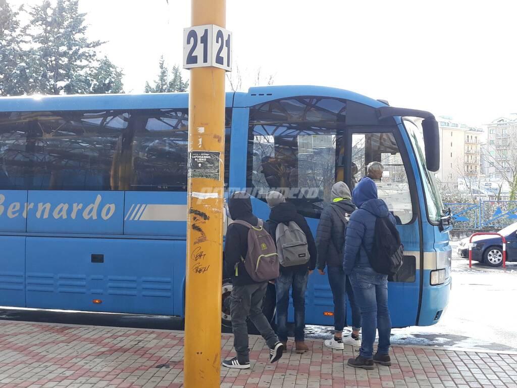 Campobasso terminal autobus giovani assembramenti