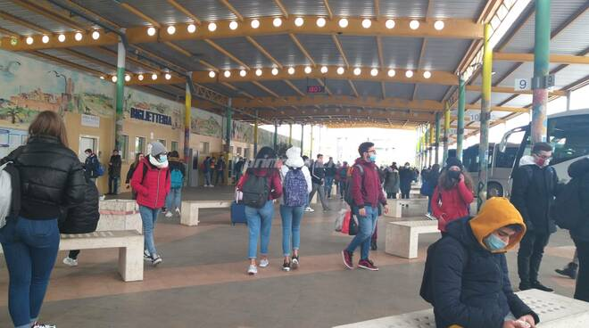studenti assembramenti terminal bus termoli
