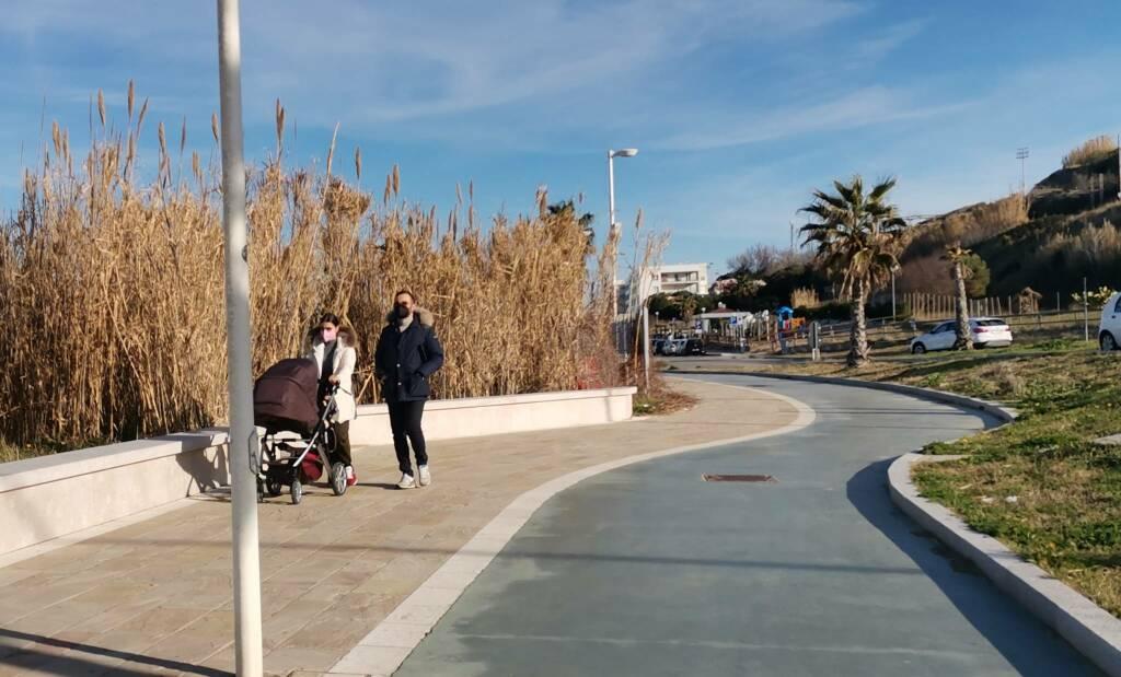 Passeggino famiglia lungomare passeggiata