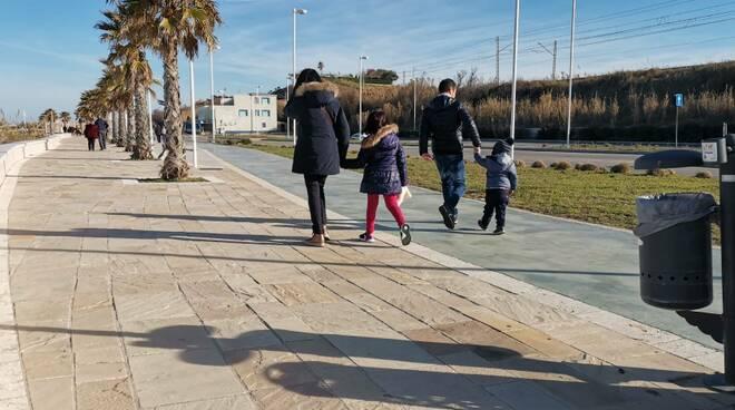 Passeggiata lungomare famiglia genitori figli