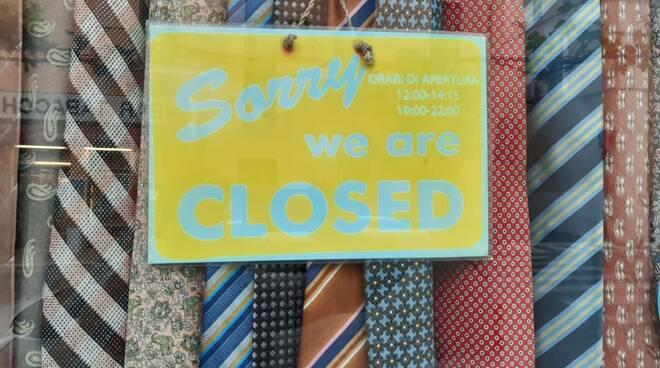 locale chiuso ristorante scritta