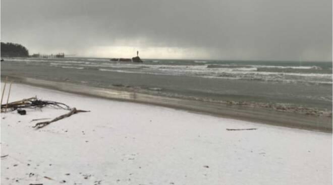 Neve mare vasto spiaggia bianca magia